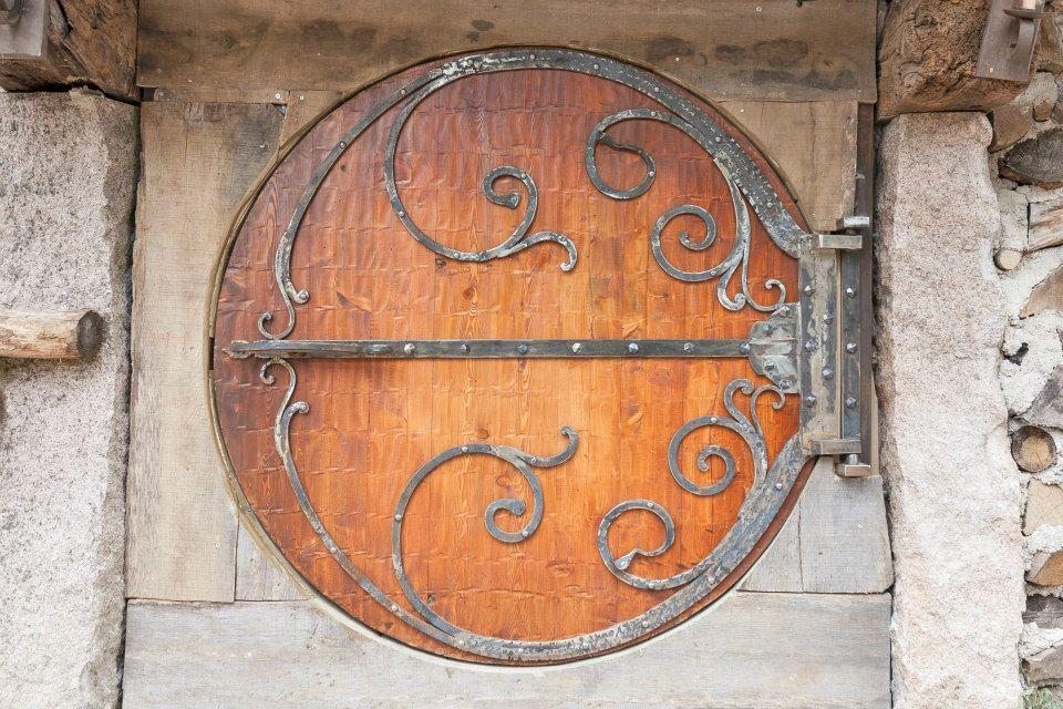 Passez un s jour dans une maison de hobbit tolkiendrim - Porte cabane bois ...